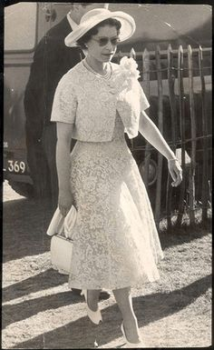 The history of lace: Queen Elizabeth II arrives at Windsor cocktail party, 1959 Hm The Queen, Royal Queen, Her Majesty The Queen, History Of Queen Elizabeth, Young Queen Elizabeth, Princess Elizabeth, Royal Fashion, Fashion Photo, Windsor Fashion