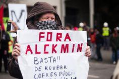 """Cartaz contra o governador de SP: """"Fora Alckmin"""".    """"Chega de sufoco e corrupção: por um transporte público estatal de qualidade!"""" 14/08/2013  Foto: Susan Ritschel."""