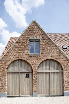 Types Of Architecture, Classic Architecture, Old Garage, Garage Doors, Küchen Design, House Design, Brick Arch, Belgian Style, Garage Design