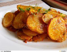 Brambory očistíme a nakrájíme na 2-3 mm široká kolečka. Dáme je do misky, zasypeme paprikou, moukou, tymiánem a kmínem. Nakonec přidáme olej a... Czech Recipes, Ethnic Recipes, Sweet And Salty, Tandoori Chicken, Side Dishes, Food And Drink, Veggies, Potatoes, Cooking Recipes