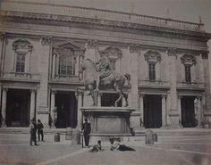 1867 circa autore non identificato . Campidoglio, soldato e personaggi sotto la statua di M. Aurelio.