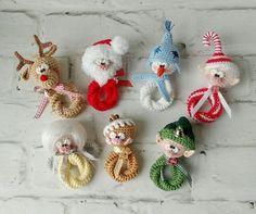Jetzt mit nur einer Anleitung sieben bekannte und beliebte Weihnachtsfiguren im Sparset häkeln. Probiers gleich mal aus mit der Häkelnadel und der Wolle.