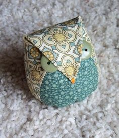 """WOWL"" Recently, two of the guilds I attend had pincushion exchanges. Everyone should have a basketful of cuteness in their sewing room. Small Sewing Projects, Sewing Hacks, Sewing Tutorials, Craft Tutorials, Sewing Ideas, Fabric Crafts, Sewing Crafts, Sewing Pillows, Sewing Accessories"