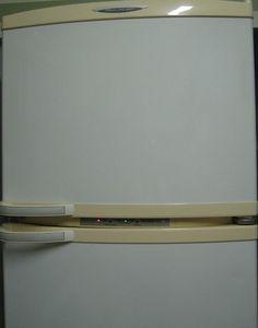 Limpando eletrodomésticos amarelados: adicione 300ml de água oxigenada (vol 40) e 1 colher de Vanish. Em uma vasilha, junte com a parte de água morna, e com luva a parte amarela da bucha, esfregue essa solução na parte amarelada!