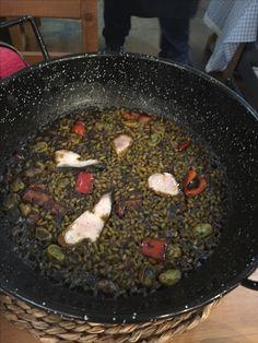 Arroz con bonito en @lanyoralacant ESPECTACULAR!!!! Menú de ensalada, espencat, mejillones, y el arroz que es una cosa de locos! Todo con vinos de la terreta denominación de originen Alicante. La atención de David y Staff una maravilla y es un sitio para ir, repetir y recomendar! Gracias por todo un auténtico placer! #restaurante #alicante #arroz #paella #food #foodie #bonito #lanyora #lanyoraalicante #menu #ricorico #recomendar #wheretogo #wheretoeat #eatingout #resto #doalicante Iron Pan, Alicante, Paella, Foodies, David, Rice, Salads, Mussels, Restaurants
