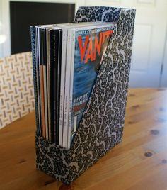 Esta caixa de papelão foi confeccionada com retalhos de papel, pintada e depois envernizada para um bom acabamento e durabil...
