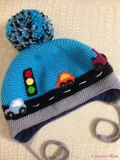 gorro de niño tejido al crochet con motivo de calle con carros