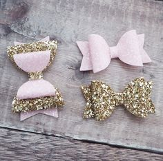 pink hair bow gold glitter bow hair bow set fringe clip A gorgeous set of bows featuring a double bow in pale gold and soft pink and two small bows in matching gold and pink. Tulle Hair Bows, Pink Hair Bows, Baby Hair Bows, Glitter Hair, Gold Glitter, Glitter Gel, Do It Yourself Inspiration, Diy Accessoires, Handmade Hair Bows