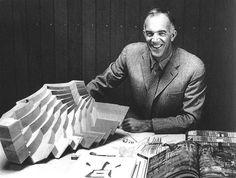Utzon con la maqueta de los falsos techos acústicos propuestos para Sídney, publicado  en el número 14 de la revista Zodiac (1962). Nunca fueron construidos.