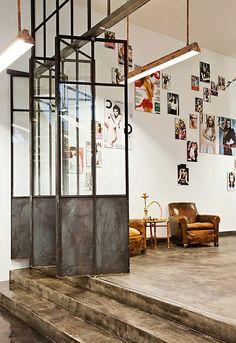 cloison vitrée intérieure, espace artistique, encadrement en fer