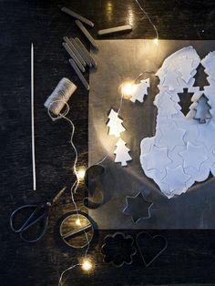 Make your own decorations with things you already have at home. You only need Bicarbonate, water and cornstarch. Diy Christmas Cards, Cozy Christmas, Scandinavian Christmas, Diy Christmas Ornaments, Christmas Decorations, Decor Crafts, Diy And Crafts, Diy For Kids, Crafts For Kids
