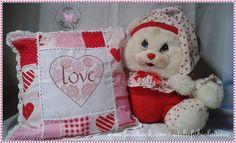 Artesanatos by Fabíola Deiró: Almofada de tecido com bordado coração Love em pon...