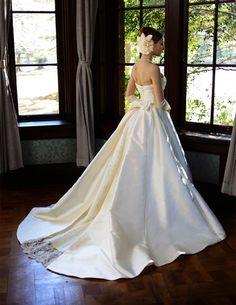 ワンランク上の花嫁姿を叶える、洗練されたラグジュアリーなウェディングドレス。 http://www.laconcha.jp/product/item/mkr-01/