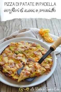 Pizza di patate in padella con fiori di zucca e prosciutto