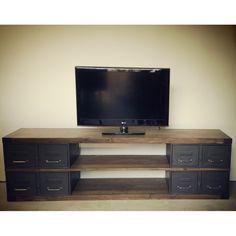 Meuble tv sur-mesure en acier et bois style industriel fabriqué à l'atelier en épicéa et ancien tiroirs industriels restaurés. Possibilité de le concevoir en chêne, teinte différente...