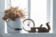 Enamel pot with hydrangeas / Salvaged farmhouse bathroom makeover via http://www.funkyjunkinteriors.net/