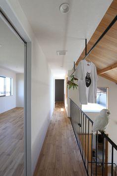 オープンハウス – Andy hat – - 名古屋市の住宅設計事務所 フィールド平野一級建築士事務所 Decor Interior Design, Interior Decorating, Stairs, House Design, Living Room, Mirror, Furniture, Home Decor, Space