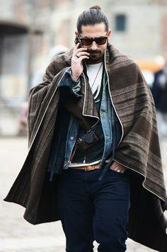 hipster con poncho mejicano marrón