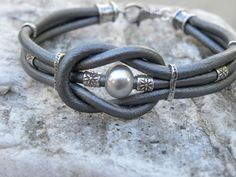 Nudo de amor plata cuero gris y perla plata pulsera por TANGRA2009