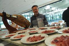 Miguel Angel Bages ayudando con los platos de jamones