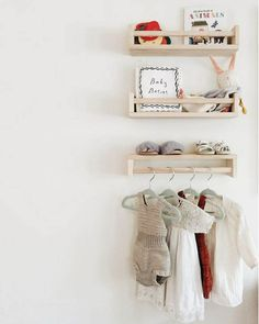 IKEA Bekvam of Flisat Leuk idee voor boekjes en rekje andersom: prinsessenjurk aan hangen