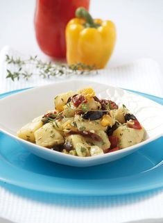 Μια πολύχρωμη, γευστική και χορταστική πατατοσαλάτα που τρώγεται χλιαρή ή και κρύα.