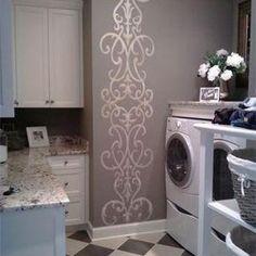 Lavanderia com piso xadrez e adesivo de arabescos