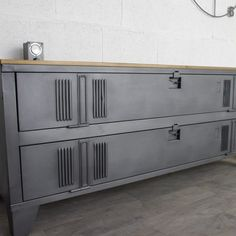 un buffet industriel avec un vestiaire 2 portes - hashtags} Metal Furniture, Industrial Furniture, Rustic Furniture, Home Furniture, Furniture Buyers, Industrial Living, Home Staging, Wood And Metal, Diy Home Decor