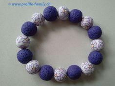 """Armkette violett-weiss mit Blumenmotiv - Zu finden auf www.prolife-family.ch in """"Shop für Afrika""""."""