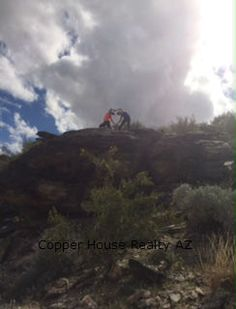 Hiking South Mountain in Phoenix AZ . 24th St south till the end of the road you'll find a nice easy and beautiful spot to hike. #funhikingplacesAZ #homesforsaleinPhoenixAZ #copperhouserealtyAZ