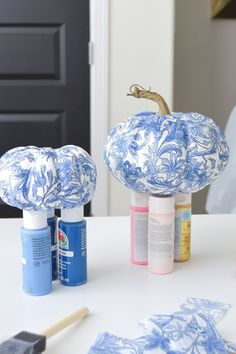 DIY chinoiserie napkins: blue and white porcelain china easy fall decor crafts. … DIY chinoiserie napkins: blue and white porcelain china easy fall decor crafts. Mod podge and decoupage ideas for tablescape, entertaining, and decorating for fall season. Diy Pumpkin, Pumpkin Crafts, Fall Crafts, Decor Crafts, Holiday Crafts, Crafts To Make, Napkin Decoupage, Decoupage Ideas, Decoupage Furniture