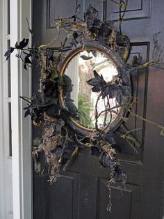 Scarily Charming Halloween Decorating Ideas in Vintage Style Use an old mirror in place of a wreath. DIY Halloween crafts and decoration ideas.Use an old mirror in place of a wreath. DIY Halloween crafts and decoration ideas. Retro Halloween, Halloween Prop, Entree Halloween, Table Halloween, Halloween Projects, Halloween House, Holidays Halloween, Outdoor Halloween, Halloween Stuff