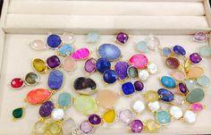 Preparando la nueva colección de Thai Mystic con gemas traidas desde la India — en Thai Mystic Los Dominicos. druzi, amatista, calcedonita, citrino, cuarzo rosado, perla de río, rubí