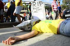 ما وراء كأس العالم: مأساة قطر ودموع في البرازيل وغاز مسيل للدموع في البحرين