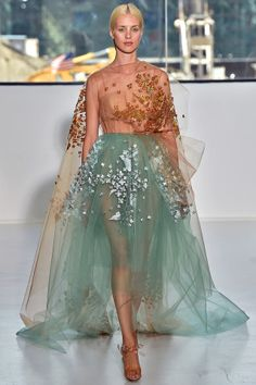 Delpozo New York fashion week ドレス Style Couture, Couture Fashion, Runway Fashion, Look Fashion, High Fashion, Fashion Show, Fashion Tv, Fashion Styles, Paris Fashion