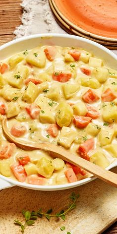 Cremige Kartoffel-Gemüse-Pfanne Potatoes, carrots and parsnips together with a tasty spicy sauce! Parsnip Recipes, Potato Recipes, Veggie Recipes, Vegetarian Recipes, Cooking Recipes, Healthy Recipes, Benefits Of Potatoes, Good Food, Yummy Food