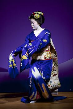 geisha in blue Japanese Geisha, Japanese Beauty, Japanese Fashion, Japanese Art, Japanese Folklore, China, Geisha Art, Martial, Memoirs Of A Geisha
