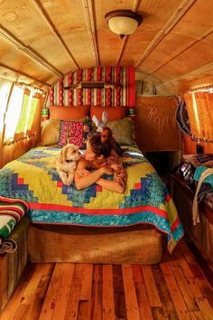 If the expression hippie lifestyle makes you consider Astor lights and splash-color sheets its the ideal opportunity for you to refresh. Kombi Hippie, Hippie Camper, Bus Life, Camper Life, Bus Living, Tiny Living, Van Interior, Interior Design, Camper Interior
