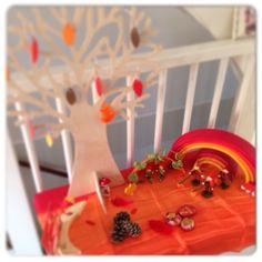 Seizoenstafel herfst met de leuke seizoensboom, Grimms regenboog & Atelier Pippilotta.  Boom te koop via http://www.hipenhot.nl/product/houten-boom-voor-seizoenstafel-als-decoratie-huis/