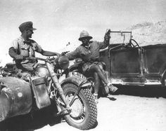 This picture is very rare; you can see a German rider DAK talking to an Italian paratrooper of Folgore Division
