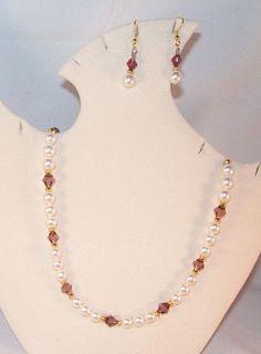 Collar y aretes de perlas y cristales