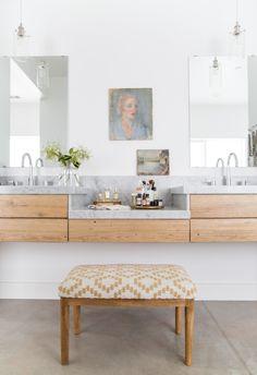 Minimalismo, verde tom espuma do mar, azulejos, tapetes e luminárias: confira as principais tendências para banheiros do ano