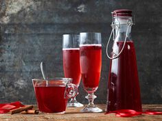 Jouluinen puolukkamehu Red Wine, Alcoholic Drinks, Tableware, Glass, Recipes, Food, Christmas Ideas, Desserts, Tailgate Desserts