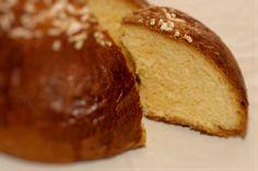 Fugassa. La fugassa (focaccia) è un dolce tipico della tradizione pasquale in Veneto. Si tratta di un pane dolce, arricchito, almeno in origine, con burro, uova e miele. Scopri tutte le altre bontà in vendita su: www.demarca.it Dolce, Bread, Sweet Bread, Breads, Bakeries