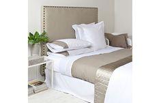 Als ik ergens blij van word is het een slaapkamer waarin het bed mooi is opgemaakt. Zo mooi dat je er bijna niet in durft te gaan liggen, maar alleen maar naar wilt kijken. Dat je enerzijds niet kan wachten totdat je er lekker in kan gaan liggen met een tijdschriftje en een warme kop […]
