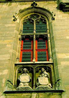 Janela em Bruges, na Praça do Mercado. Bruges, província de Flandres Ocidental, na região de Flandres, Bélgica.  Fotografia: Sheri Therapist no Flickr.