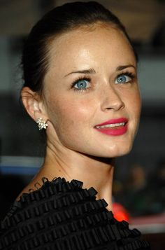 Alexis Bledel freckle 3 - Alexis Bledel looks really hot with freckles! Alexis Bledel, Rory Gilmore, Gilmore Girls, Bright Pink Lips, Hollywood, Salma Hayek, Woman Crush, Pretty People, Beautiful People