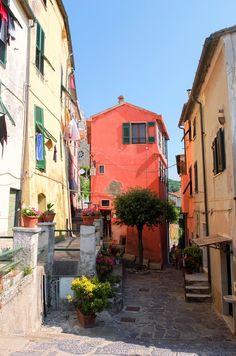 ポルトヴェーネレの家々。 カラフルな壁は、ブラーノ島の街並みにもちょっぴり似ています。