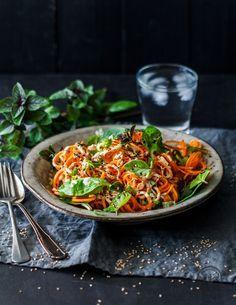 Rohe Karottenspaghetti mit cremiger Tahin-Sauce