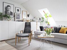 Mysig soffhörna under snedtaket. Soffa från Ikea med överdrag från Bemz. Soffbord Flower och fåtölj Lamino, båda från Swedese. Golvlampan är ett loppisfynd med skärmar från Svenskt tenn.